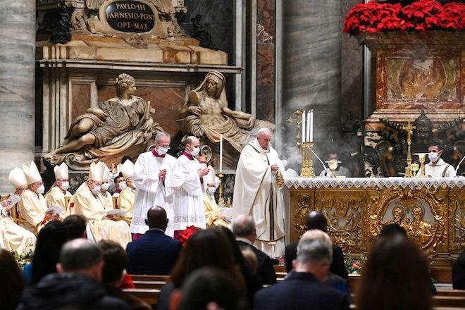 Ο Πάπας Φραγκίσκος στη Λειτουργία της παραμονής των Χριστουγέννων, στη Βασιλική του Αγίου Πέτρου στο Βατικανό, 24 Δεκεμβρίου 2020.