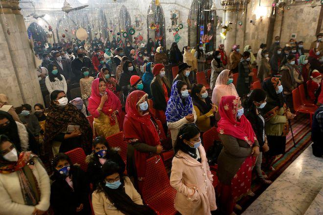 Χριστιανοί στην χριστουγεννιάτικη λειτουργία της εκκλησίας του Αγίου Αντωνίου στη Λαχόρη του Πακιστάν, 25 Δεκεμβρίου 2020.