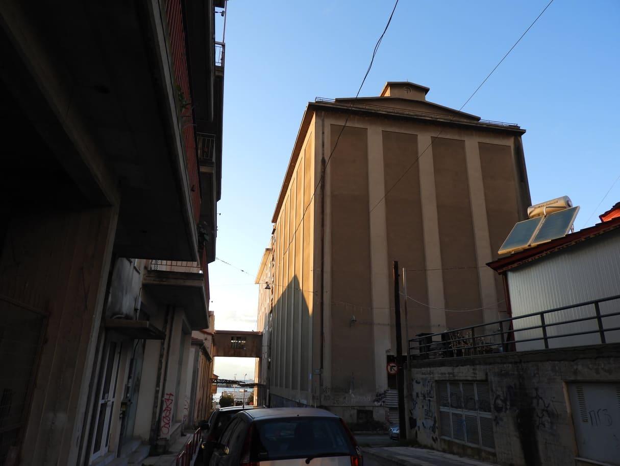 κτιριο ΚΤΕΛ με χελιδονοφωλιές